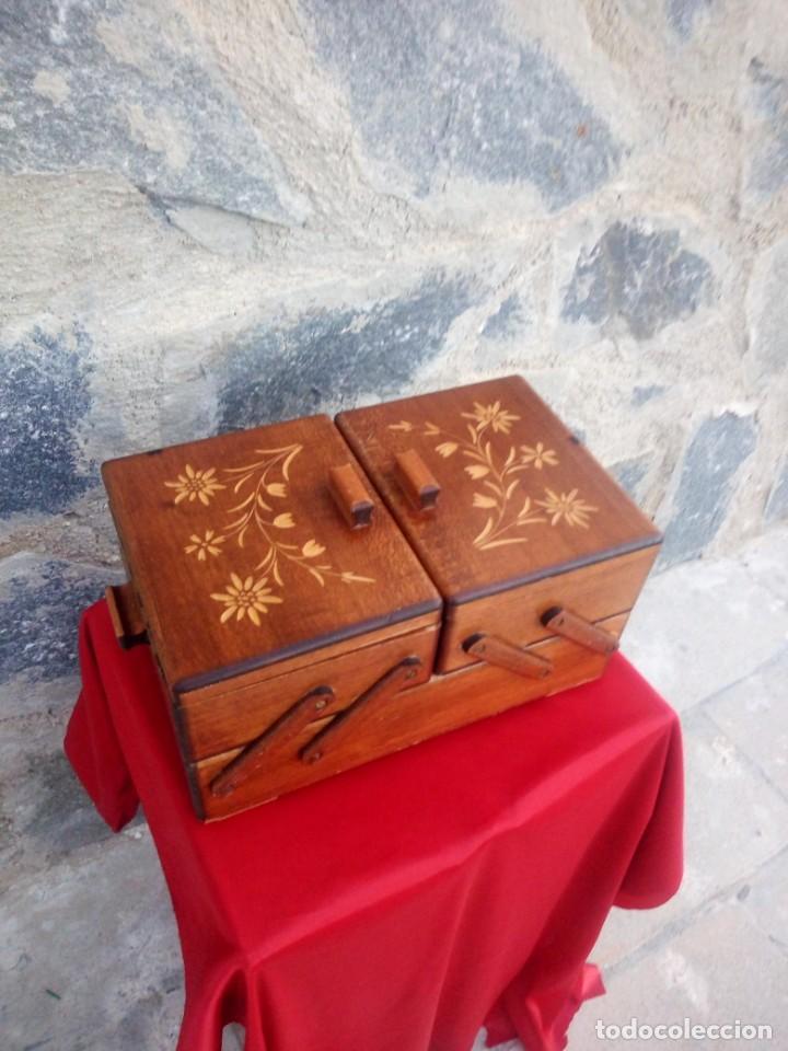 Antigüedades: Antiguo costurero de sobremesa de roble macizo,con varios departamentos,dibujos tallados - Foto 5 - 225855290