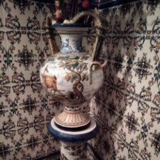 Antigüedades: ÁNFORA Y PEDESTAL TALAVERA. SIGLO XX. Lote 225887295
