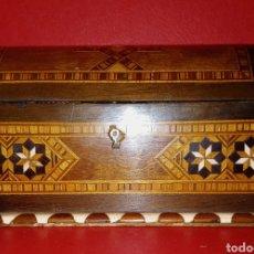 Antigüedades: ANTIGUO COFRE - CAJA DE TARACEA - FINALES DEL SIGLO XIX - INCRUSTACIONES DE MARFIL Y MADERAS NOBLES. Lote 166140677