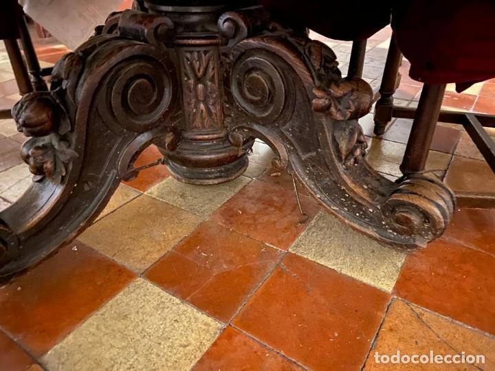 MESA REDONDA, EXTENSIBLE, DE NOGAL, PIE TALLADO, DEL SIGLO XIX. (Antigüedades - Muebles Antiguos - Mesas Antiguas)