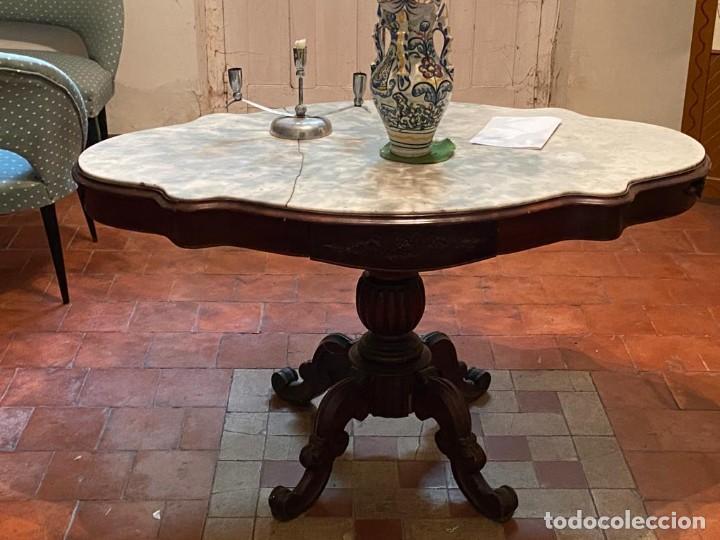 MESA AUXILIAR, DE CENTRO DE MADERA DE NOGAL, CON TABLERO MARMOLADO. (Antigüedades - Muebles Antiguos - Mesas Antiguas)