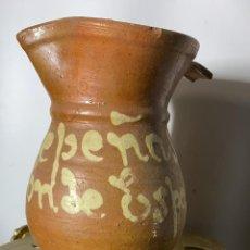 Antigüedades: JARRA ANTIGUA VINATERA DE BARRO VIDRIADO DE VALDEPEÑAS BEBE VALDEPEÑAS EL VINO VARON DE ESPAÑA. Lote 225996010
