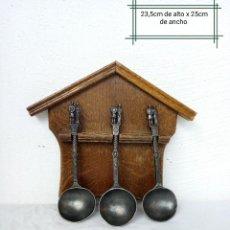 Antigüedades: PERCHERO DE COLGAR CUCHARONES CON 3 CUCHARAS DE ESTAÑO. DE COCINA PARA UTENSILIOS. Lote 225996911