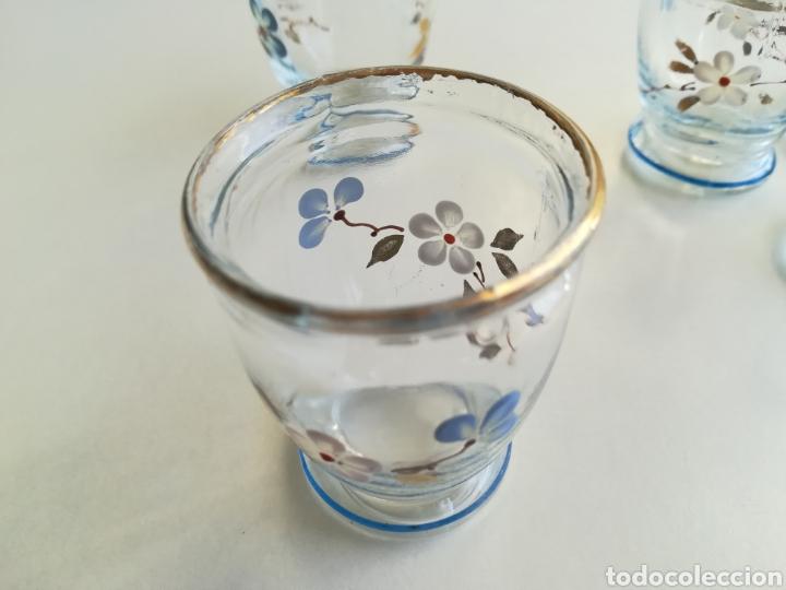 Antigüedades: Antiguos pequeños vasos licor, pintados a mano - Foto 4 - 226035460