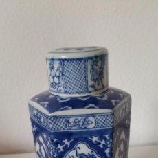 Antigüedades: EXPLENDIA BOTELLA PORCELANA JAPAN HECHA Y PINTADA A MANO. Lote 226118900
