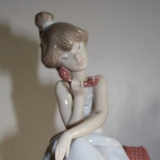 Antigüedades: PORCELANA LLADRO DE CHICA POR TELÉFONO - NUEVA EN CAJA. Lote 226125178