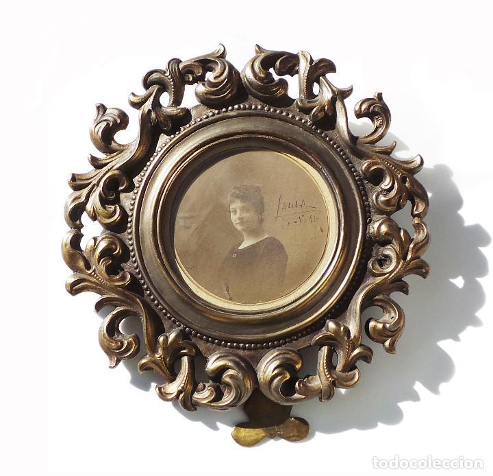 ANTIGUO MARCO PORTAFOTOS EN BRONCE DE ALTA CALIDAD. 24 CM DE DIÁMETRO. PARA FOTO DE 11 CM APROX. (Antigüedades - Hogar y Decoración - Portafotos Antiguos)
