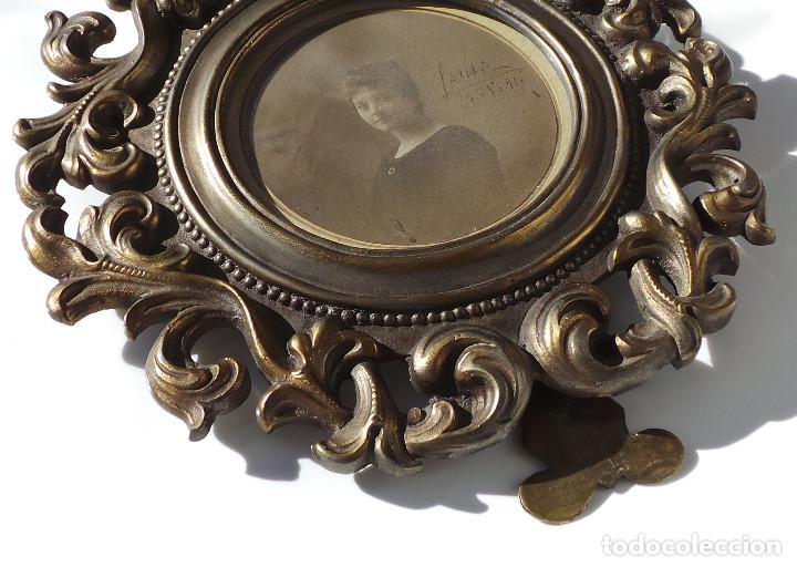 Antigüedades: ANTIGUO MARCO PORTAFOTOS EN BRONCE DE ALTA CALIDAD. 24 CM DE DIÁMETRO. PARA FOTO DE 11 CM APROX. - Foto 6 - 226129130