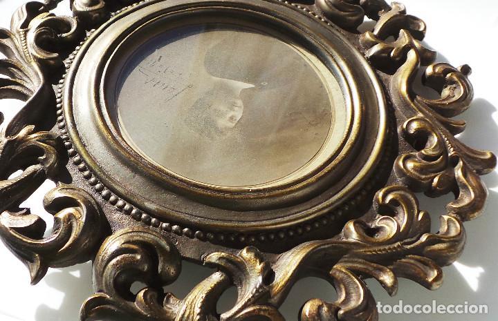 Antigüedades: ANTIGUO MARCO PORTAFOTOS EN BRONCE DE ALTA CALIDAD. 24 CM DE DIÁMETRO. PARA FOTO DE 11 CM APROX. - Foto 10 - 226129130