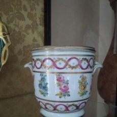Antigüedades: MACETERO EN PORCELANA FRANCESA DE SEVRES. Lote 226131705