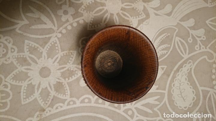 Antigüedades: Antigua copa de madera tallada con aplicaciones de latón y cobre de caras, años 20-30 - Foto 4 - 226238815