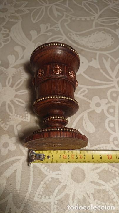 Antigüedades: Antigua copa de madera tallada con aplicaciones de latón y cobre de caras, años 20-30 - Foto 5 - 226238815