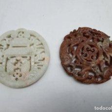 Antigüedades: DOS MEDALLONES COLGANTES TALLADO EN PIEDRA JABÓN ( CHINA ). Lote 226290223