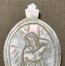 Oggetti Antichi: MEDALLA DE NÁCAR - JESUCRISTO LLEVANDO LA CRUZ - SIGLO XIX. Lote 226293301