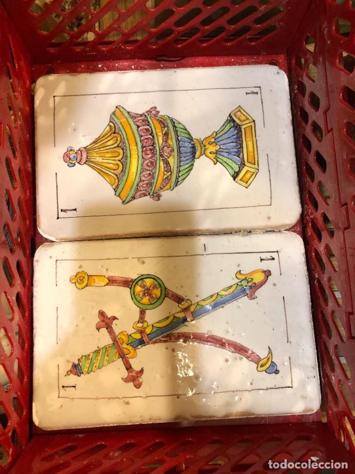 Antigüedades: 11 AZULEJOS EN FORMA DE NAIPE PINTADOS A MANO - Foto 7 - 226297895