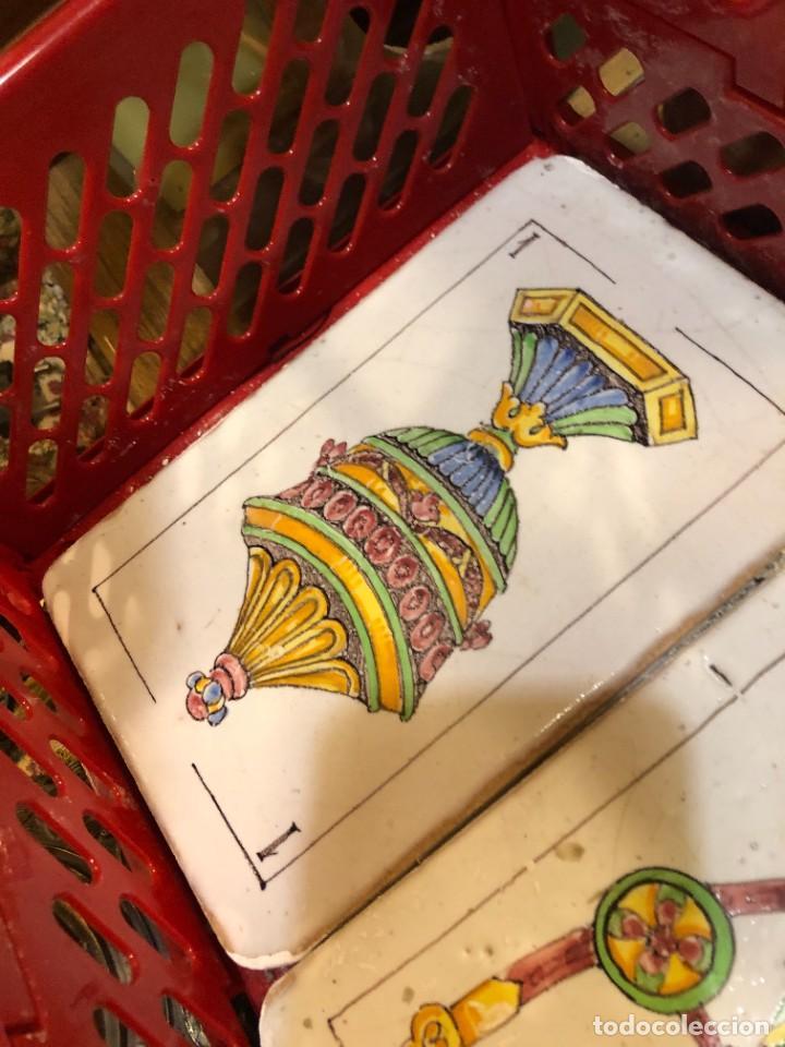 Antigüedades: 11 AZULEJOS EN FORMA DE NAIPE PINTADOS A MANO - Foto 8 - 226297895