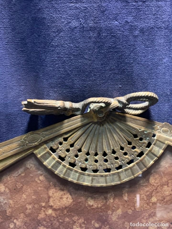Antigüedades: MARCO FOTOS FORMA ABANICO BRONCE BORLAS SIN PATILLA TRASERA IDEAL PAIS ABANICO 28X47,5CMS - Foto 3 - 226359425