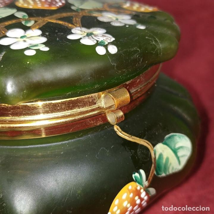Antigüedades: BOMBONERA EN CRISTAL GLACÉ ESMALTADO A MANO. ESPAÑA. PRINCIPIOS SIGLO XX - Foto 6 - 226478825
