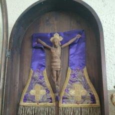 Antigüedades: CRISTO DE MADERA EN URNA . TALLA ESTILO ROMANICO. Lote 226479935