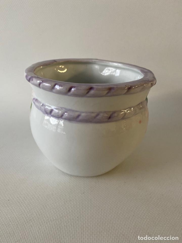 Antigüedades: Macetero de cerámica blanca con decoraciones florales policromadlas Mitad S XX - Foto 3 - 226592610