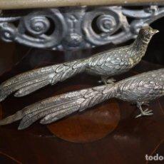 Antigüedades: ANTIGUA PAREJA DE FAISANES DE ALPACA. Lote 226639777