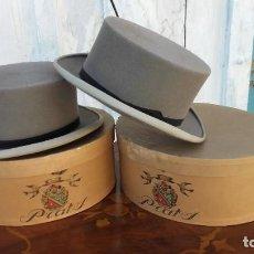 Antigüedades: DOS SOMBREROS DE COPA PARA NIÑOS DE LA CASA PRATS DE BARCELONA.CON CAJA.. Lote 226639860