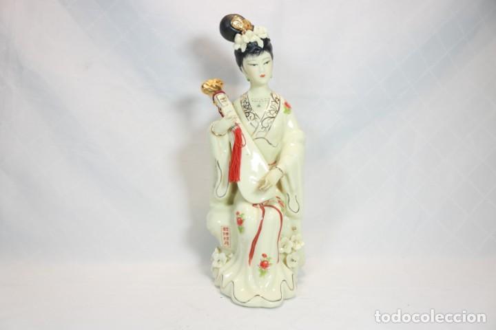 ESCULTURA DE PORCELANA BISCUIT DE UNA GEISHA SATSUMA TOCANDO UN INSTRUMENTO TRADICIONAL JAPONÉS (Antigüedades - Porcelana y Cerámica - Japón)