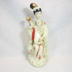 Antigüedades: ESCULTURA DE PORCELANA BISCUIT DE UNA GEISHA SATSUMA TOCANDO UN INSTRUMENTO TRADICIONAL JAPONÉS. Lote 226706670
