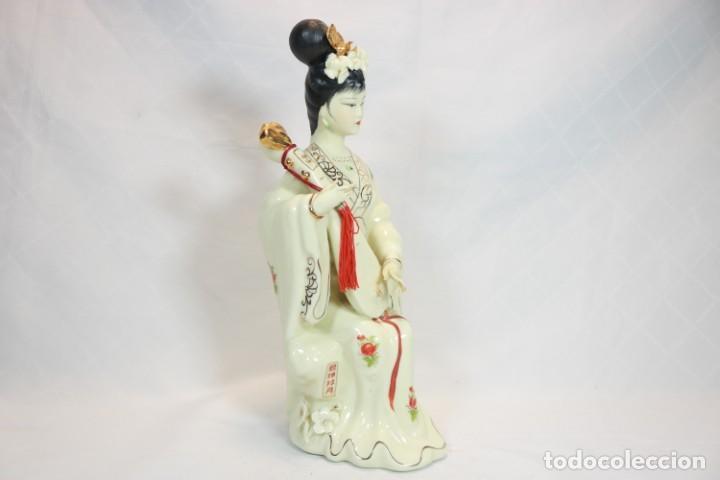 Antigüedades: Escultura de porcelana biscuit de una geisha satsuma tocando un instrumento tradicional japonés - Foto 2 - 226706670