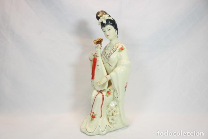 Antigüedades: Escultura de porcelana biscuit de una geisha satsuma tocando un instrumento tradicional japonés - Foto 8 - 226706670