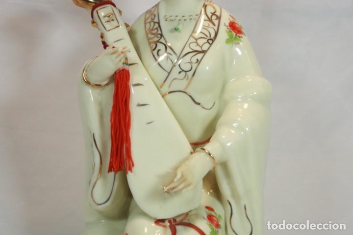 Antigüedades: Escultura de porcelana biscuit de una geisha satsuma tocando un instrumento tradicional japonés - Foto 11 - 226706670
