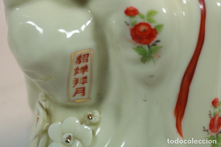 Antigüedades: Escultura de porcelana biscuit de una geisha satsuma tocando un instrumento tradicional japonés - Foto 13 - 226706670
