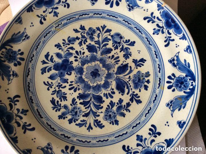 ANTIGUO PLATO DE CERÁMICA DE DELFT PINTADO A MANO CON MARCAS ,DIÁMETRO 22,5 CM (Antigüedades - Porcelana y Cerámica - Holandesa - Delft)