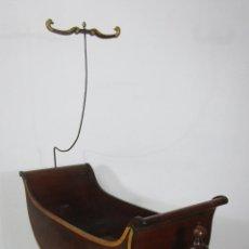 Antigüedades: BONITA CUNA IMPERIO - MADERA DE CAOBA Y LIMONCILLO - TALLA DE MADERA - PRINCIPIOS S. XIX. Lote 226784440