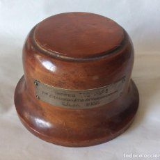 Antigüedades: PEANA DE MADERA CON CHAPA -TROFEO TIO PEPE ULIA 1966-. Lote 226837355