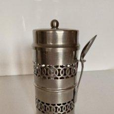 Antigüedades: BOTE METAL CON TAPA Y SU CUCHARA MENESES BANO PLATA PLATEADO-VINTAGE-PARA GUARDAR EL BOTE DE CAFE. Lote 226840009