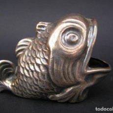 Antigüedades: PEZ DE ALPACA. 11 CM.X 5,5 CM X 7 CM ( ALTURA ). POUBELLE DE TABLE.. Lote 226879735