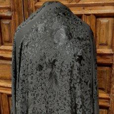 Antigüedades: ANTIGUO MANTÓN DE MANILA EN SEDA BORDADA A MANO CON PEONÍAS, PÁJAROS Y PAVOS REALES.. Lote 226883975