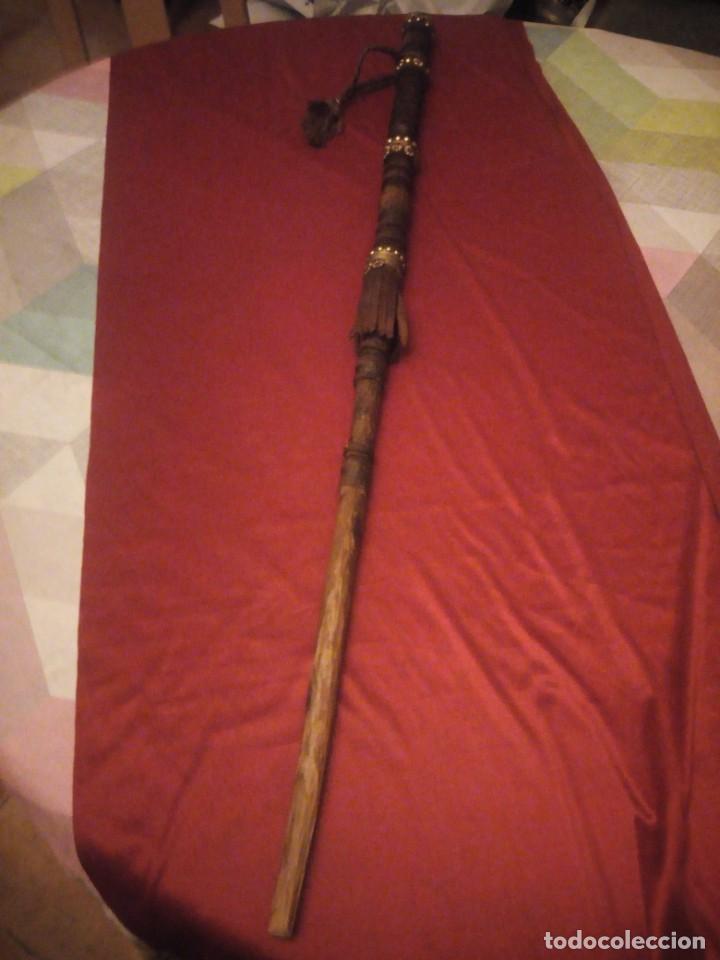 Antigüedades: Antiguo baston de madera tallado con decoraciones de cuero y tachuelas doradas. - Foto 2 - 226910695