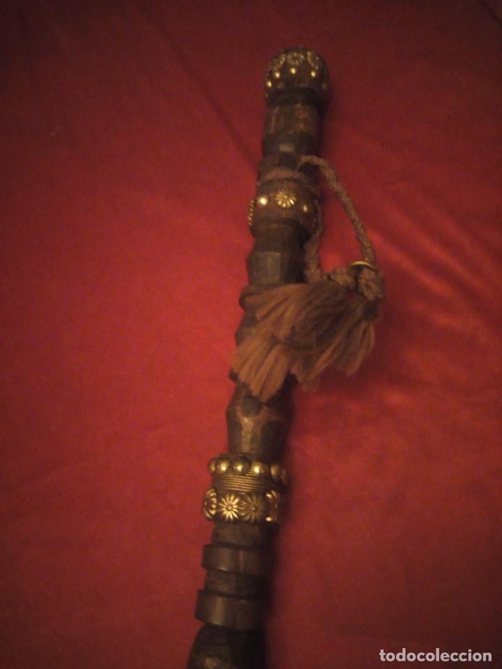 Antigüedades: Antiguo baston de madera tallado con decoraciones de cuero y tachuelas doradas. - Foto 6 - 226910695
