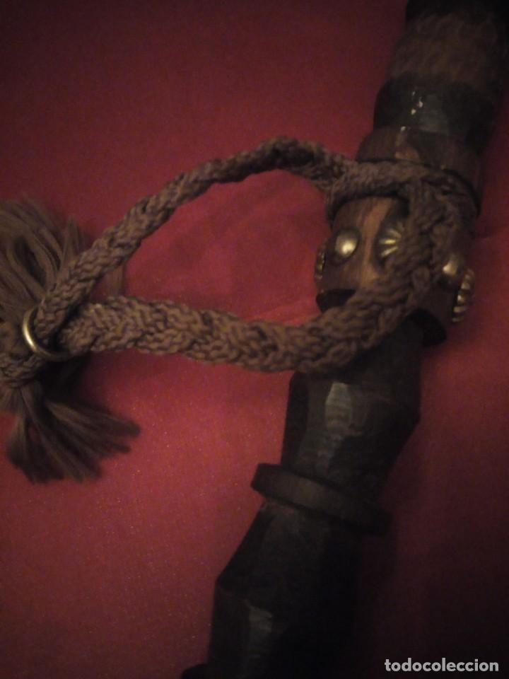 Antigüedades: Antiguo baston de madera tallado con decoraciones de cuero y tachuelas doradas. - Foto 9 - 226910695