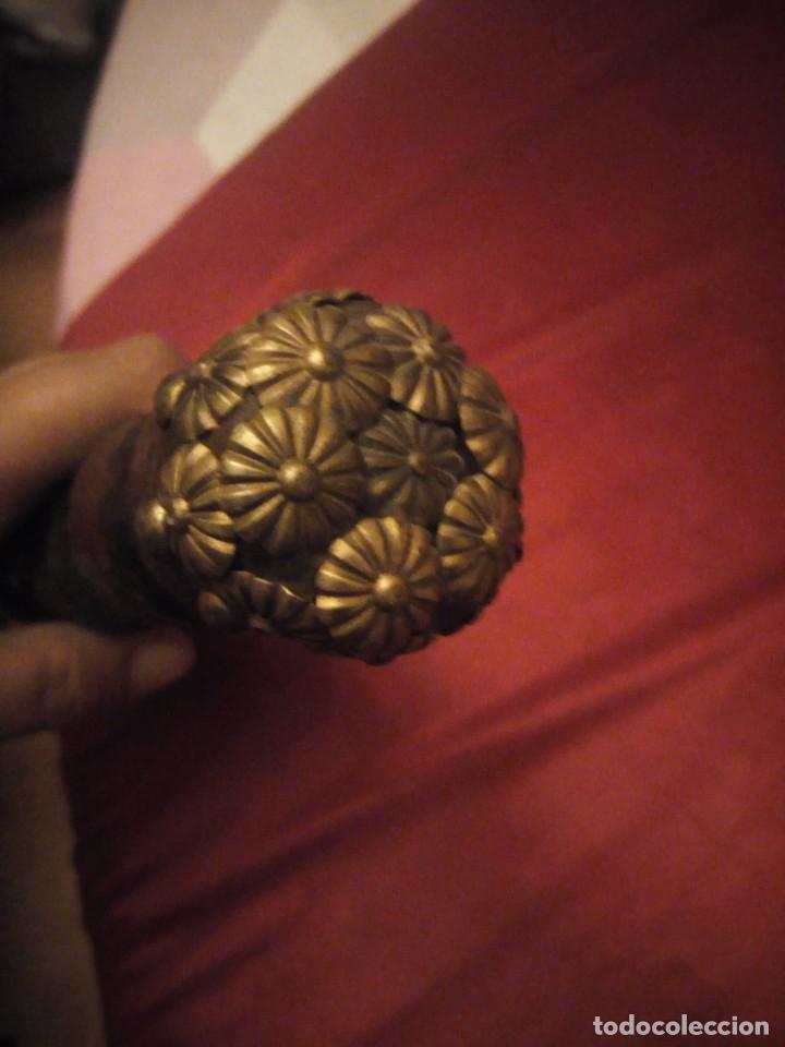 Antigüedades: Antiguo baston de madera tallado con decoraciones de cuero y tachuelas doradas. - Foto 16 - 226910695