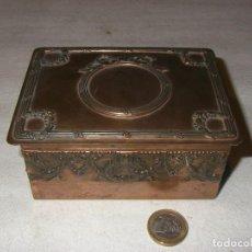 Antigüedades: ANTIGUA CAJA DE CHAPA BAÑADA EN COBRE, DEL XIX, 5,5 X 9,5 X 12 CM. Lote 226921709