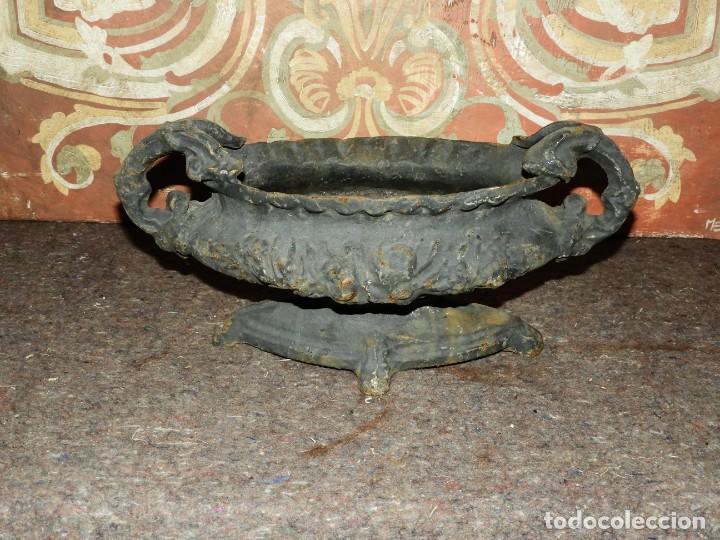 Antigüedades: JARDINERA MACETERO DE HIERRO CON DOS ASAS EN TONO GRIS - Foto 7 - 226934785