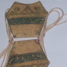 Antigüedades: MUY ANTIGUO ESCAPULARIO EN PIEL CON LA VIRGEN DEL CARMEN, ADORNOS EN RELIEVE DORADOS. VERDE. Lote 226970390