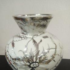 Antigüedades: JARRÓN PORCELANA Y PLATA DE LEY.. Lote 226985145