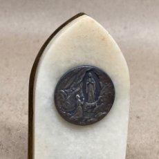 Antigüedades: MARCO Y MEDALLA RELIGIOSA EN MÁRMOL Y METAL. Lote 227070690