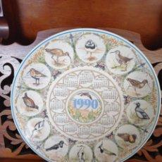 Antigüedades: PLATO CALENDARIO DE PORCELANA INGLESA WEDGWOOD DEL AÑO 1990, BRITISH BIRDS. 25 CMS DE DIAMETRO. Lote 227072500