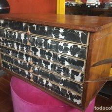 Antigüedades: MUEBLE AUXILIAR MADERA HILADURAS. Lote 227107385