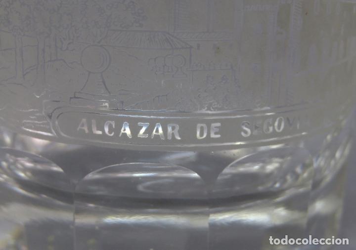Antigüedades: Vaso de cristal de La Granja grabado al ácido recuerdo del Alcázar de Segovia mediados siglo XIX - Foto 2 - 227128745